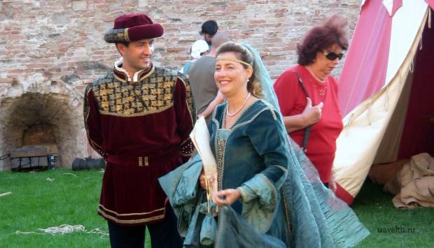 Римини. Кавалер и дама на празднике в крепости.