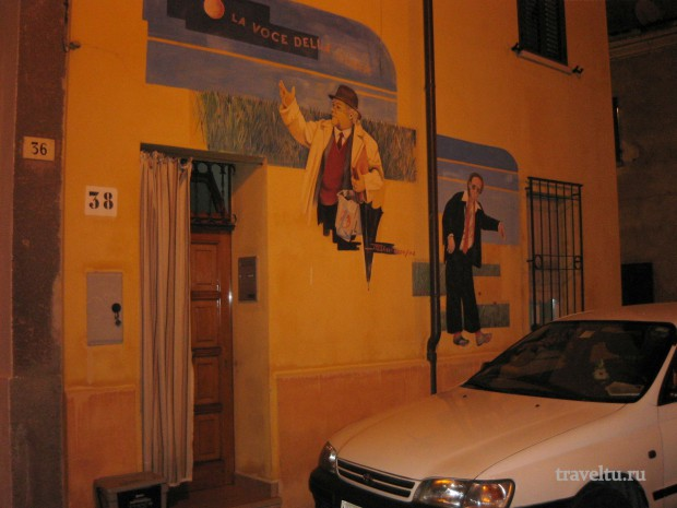 Римини. Квартал Феллини. Дом с граффити.