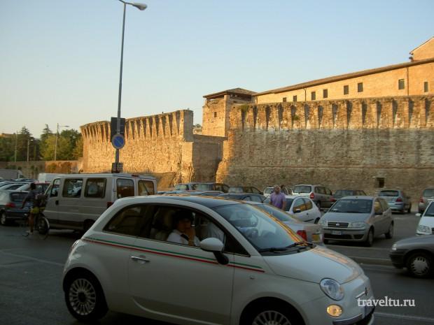 Римини. Авто возле крепости Малатеста