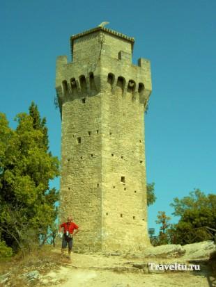 Поездка из Римини в Сан-Марино. Одна башня с пёрышком