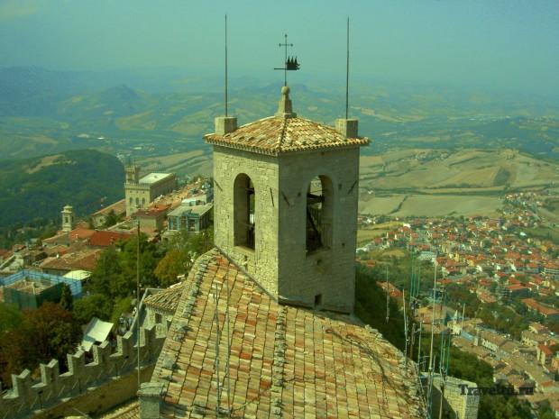 Поездка из Римини в Сан-Марино. Заголовок. Вид на город и долину