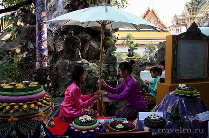 Храм Лежащего Будды, Ват Арун и река Чао Прайя на речном трамвае. Девушки с цветами