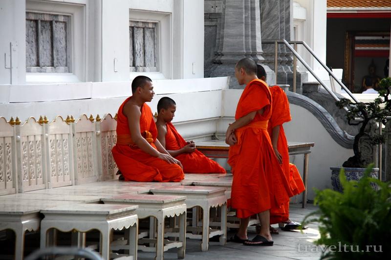 Храм Лежащего Будды, Ват Арун и река Чао Прайя на речном трамвае.Храм Лежащего Будды. Монахи