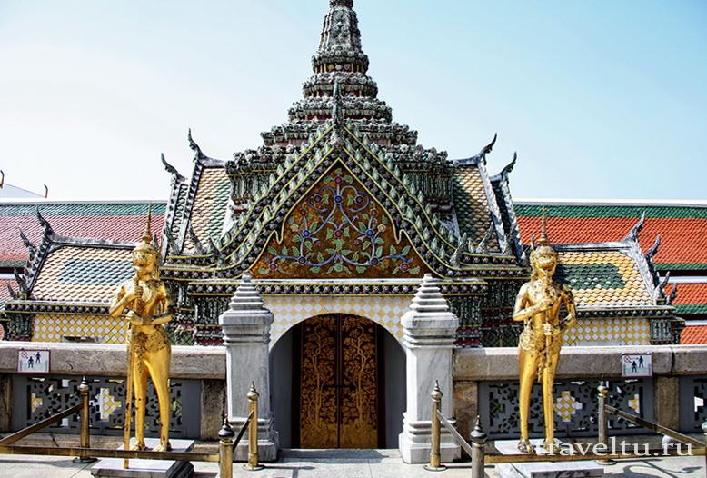 Королевский Дворец в Бангкоке и храм Изумрудного Будды. Вход в здание дворца