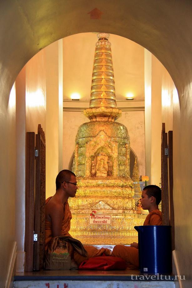 Храм Ват Сакет. Бангкок. Два монаха