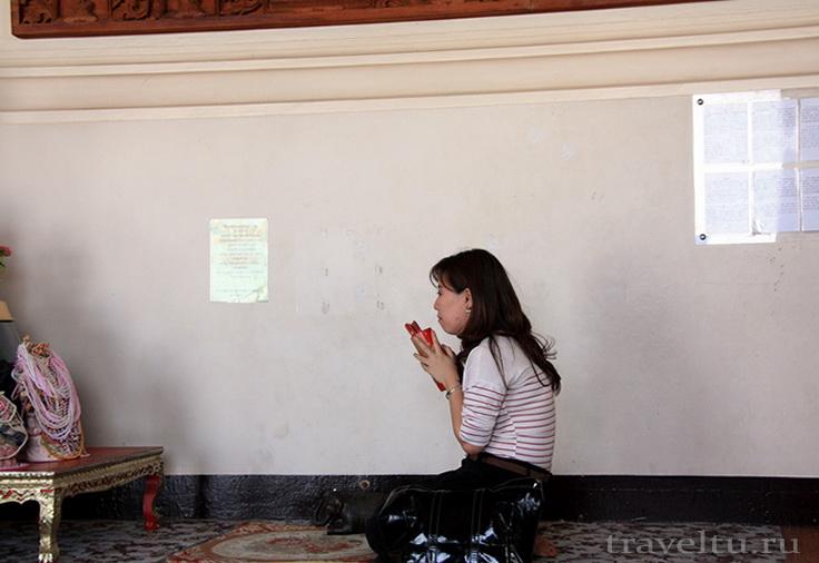 Храм Ват Сакет. Бангкок. Молитва