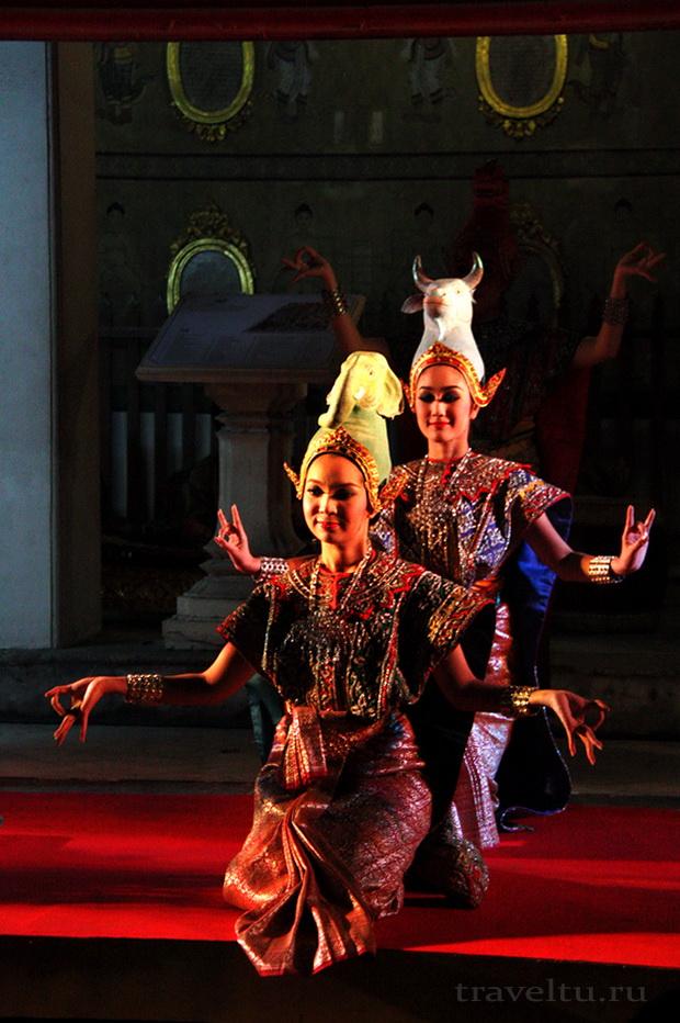 Тайские танцы. Две женщины танцуют