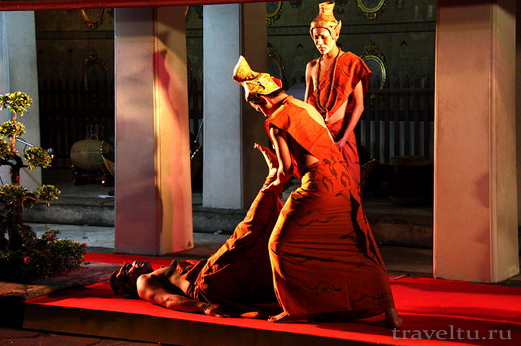 Тайские танцы. Двое мужчин танцуют