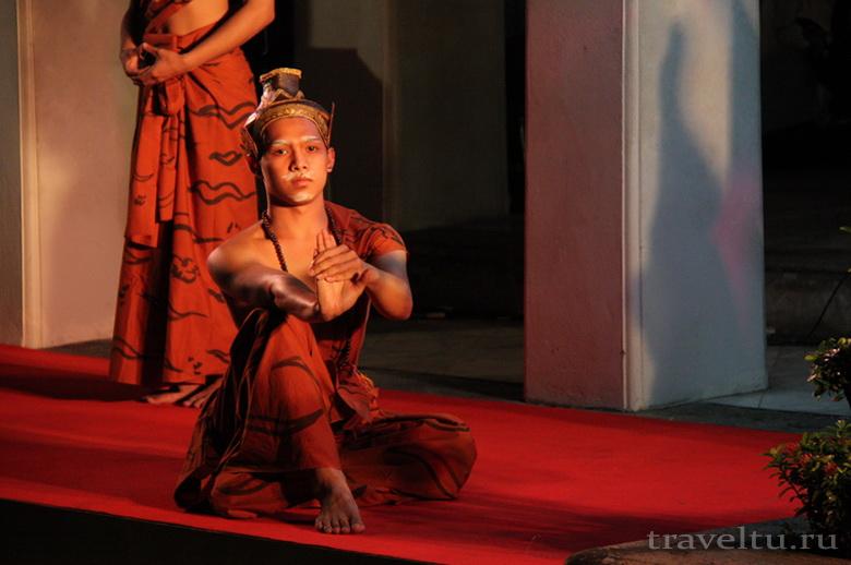 Тайские танцы. Мужчина танцует сидя