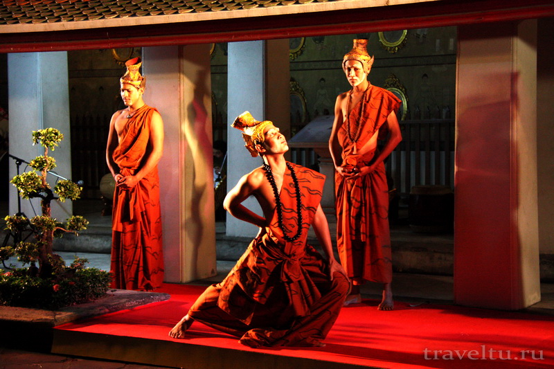 Тайские танцы. Мужчина танцует