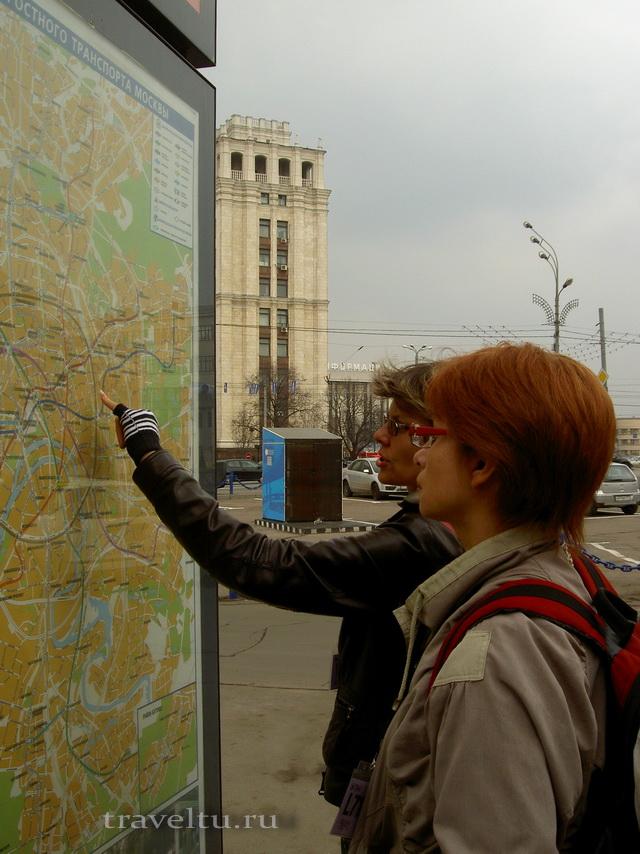 Бегущий город Галя и Ольга у схемы Москвы