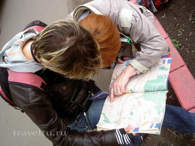 Бегущий город Ольга и Галя склонились над картой