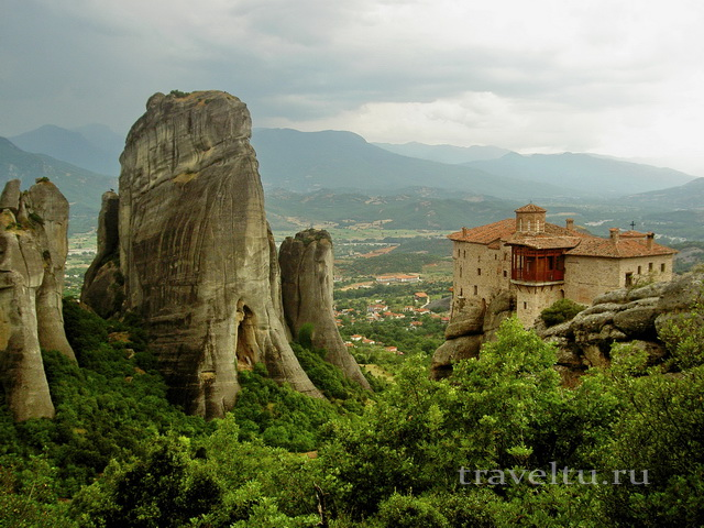 Монастырь на вершине утёса