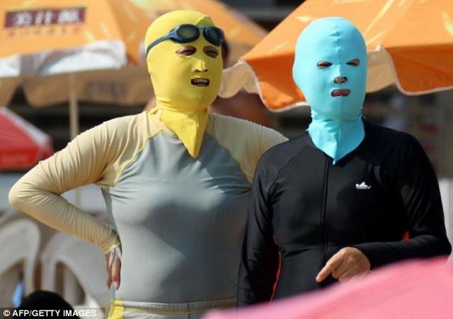 Как выбрать солнцезащитный крем. Китаянки в масках от загара
