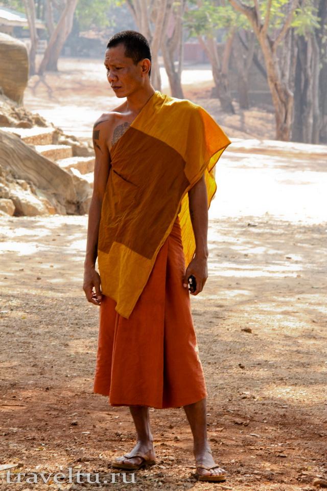 Храм тигров в Таиланде. Провинция Канчанабури. Монах