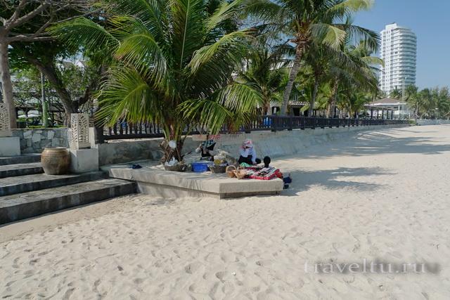 Курорты Тайланда. Ча-Ам продавец фруктов а пляже