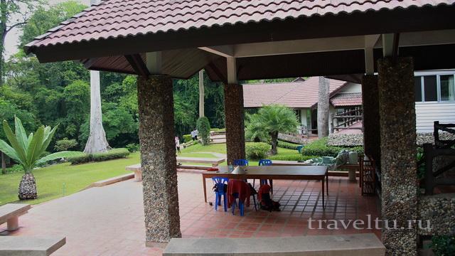 Стол во дворе отеля
