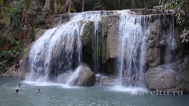 Водопад Эраван. Таиланд. Женщина и обезьяна