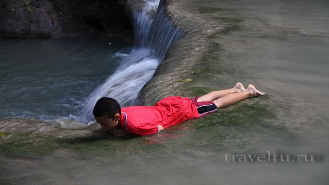 Водопад Эраван. Таиланд. Мальчик лежит в водопаде