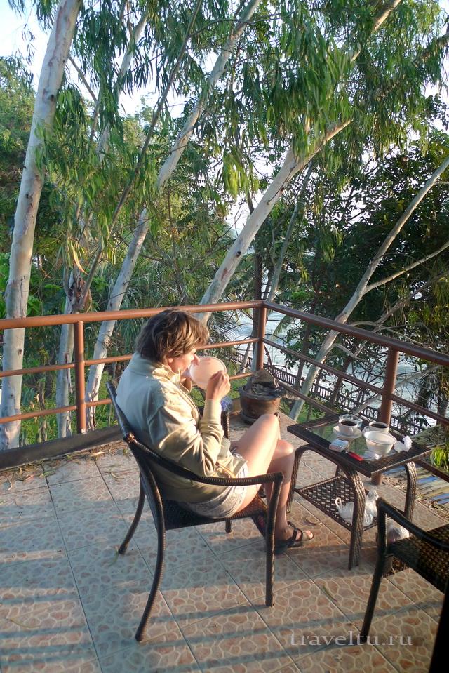 Отель в Ча-аме. Таиланд. Галя на балконе