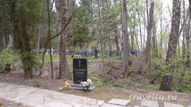 Могила Паустовского на тарусском кладбище
