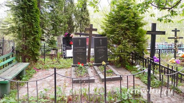 Могилы Паустовских на тарусском кладбище