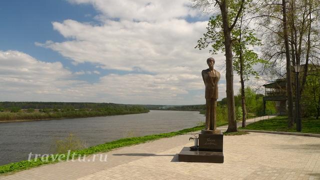 Таруса. Памятник Белле Ахмадулиной