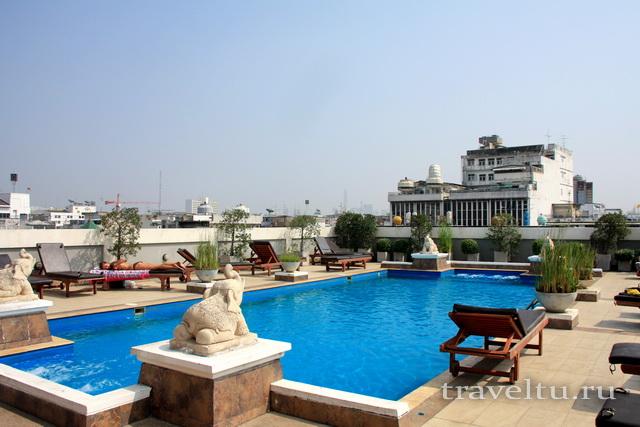 Бассейн в отеле Rambuttri Village Plaza