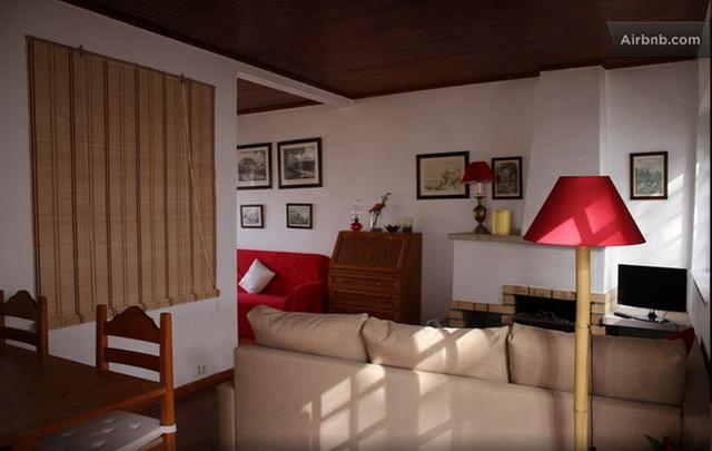 Casas da Biquinha АпартаментыSeteais в Синтра. Гостиная с камином