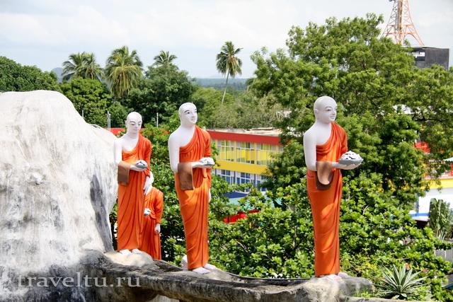Шри-Ланка. Дамбула. Монахи с подношением