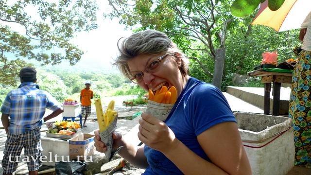 Дамбула. Поедание манго и ананаса