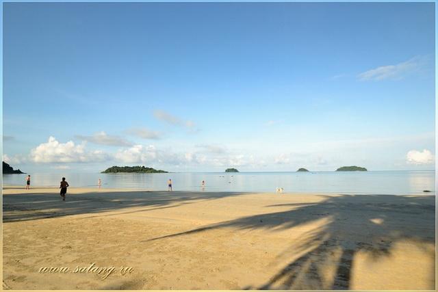 Видны острова с побережье пляжа Kai Bae