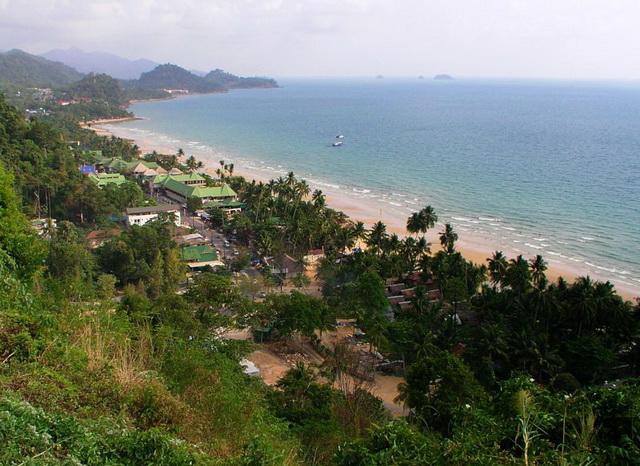 Вид на пляж White sand beach со смотровой площадки