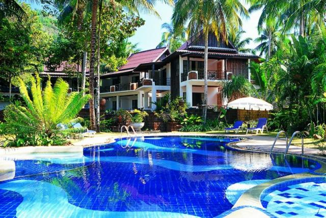 отель с бассейном на пляже Kai Bae