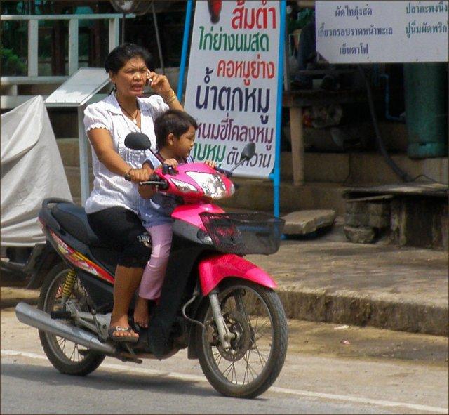 Местные жители всегда ездят на скутерах и мотобайках