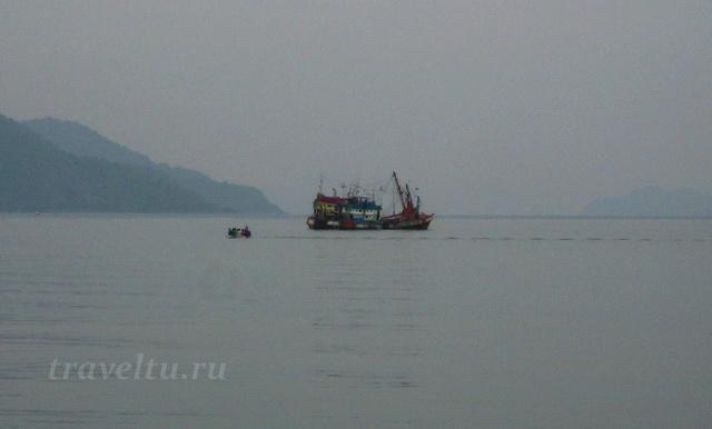 Местный корабль проводит морские работы
