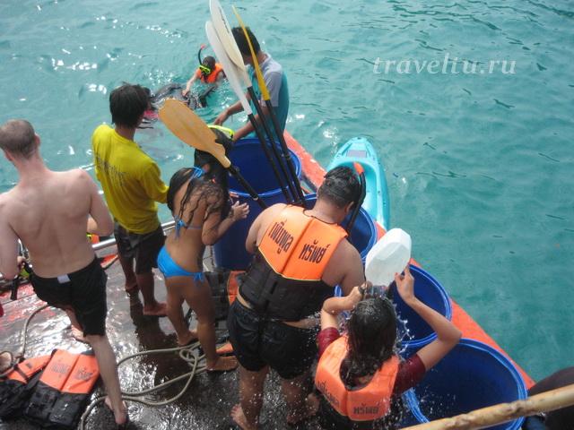 Купальщики смывают морскую воду
