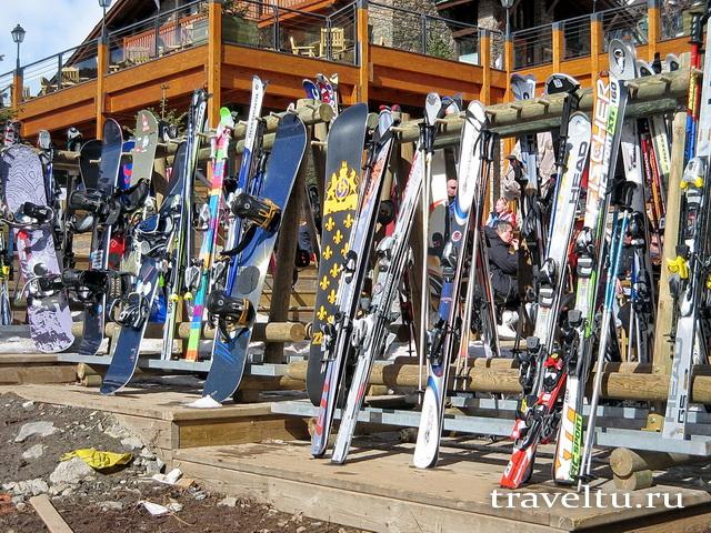 Парковка лыж и сноубородов