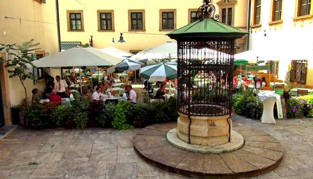 Кафе во дворе Landhaushof