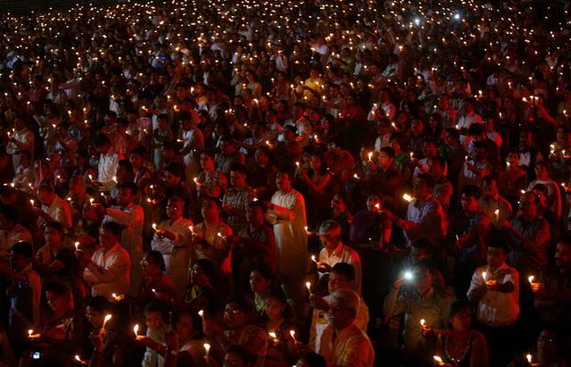 Тысячи людей на празднике Дивали