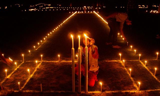В ночь накануне праздника Дивали повсюду зажигают ряды огней