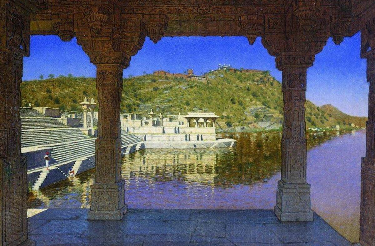 Удайпур Раджнагар. Мраморная, украшенная барельефами набережная на озере в Удайпуре