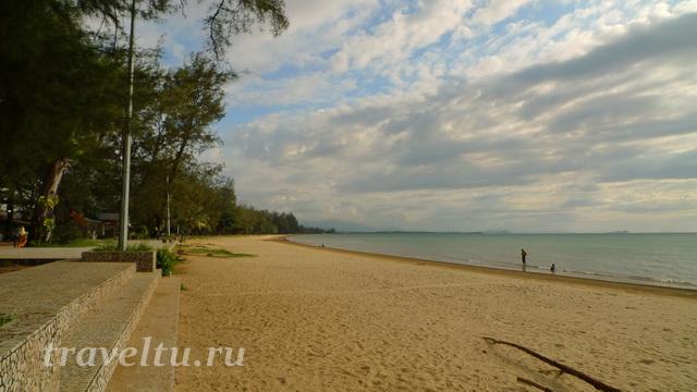 Безлюдный пляж Танжунг Ару на Борнео