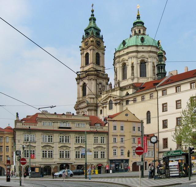 Гремлингофский дворец. За ним костёл Святого Николая