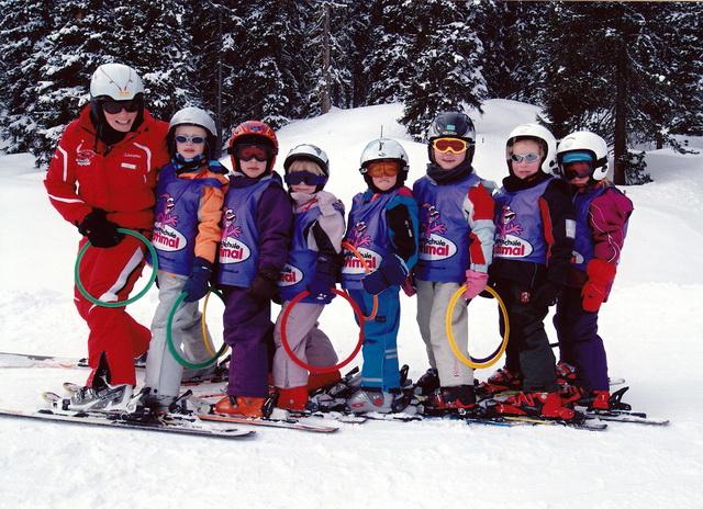Детей обучают катанию на лыжах и сноуборде