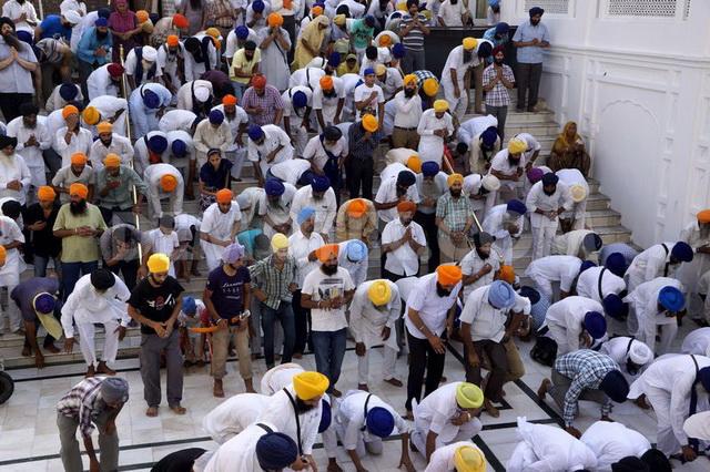 Паломники в храме
