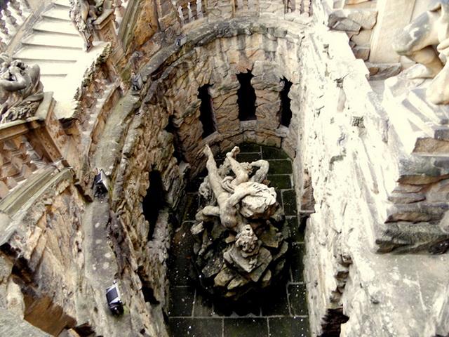 Тройский замок скульптура