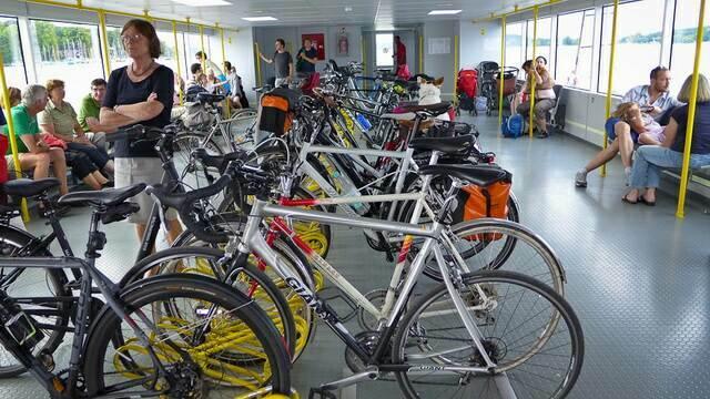 На пароме много велосипедистов