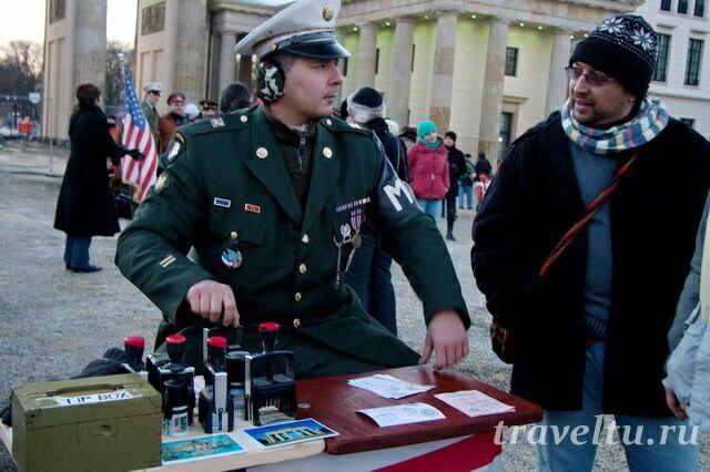 Пограничник ставит печать в паспорт