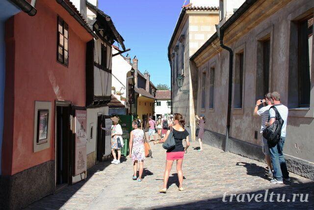 В туристический сезон очень много людей